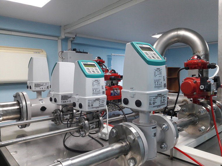 Siemens SITRANS FM. Flow meter test bench